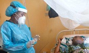 Au Bénin, visite de la Dre Rokhiatou Babio auprès d''un patient hospitalisé pour le rassurer de la bonne évolution de son traitement et s'enquérir de son état de santé.
