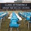 """La """"Salle de classe de la pandémie"""" : 168 pupitres vides, représentant chacun 1 million d'enfants vivant dans les pays dont les écoles sont fermées depuis près d'un an."""