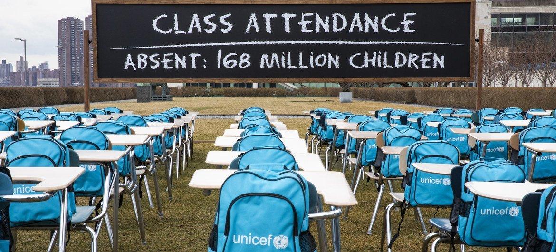 """El """"Aula de la Pandemia"""" de UNICEF en la sede de la ONU en Nueva York. Cada pupitre y silla vacíos representan al millón de niños que viven en países donde las escuelas han sido cerradas casi por completo."""