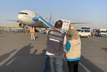 السودان هو أول بلد في منطقة الشرق الأوسط وشمال أفريقيا يتلقى لقاحات كوفيد_19 كجزء من مبادرة كوفاكس لضمان الوصول العادل للجميع.  وصول أول شحنة من اللقاحات إلى مطار الخرطوم الدولي.