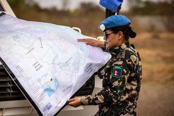 Une femme Casque bleue du Népal, déployée au sein de la Mission des Nations Unies au Soudan du Sud, consulte une carte lors d'une patrouille.