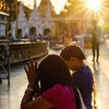म्याँमार के यंगून शहर में, एक मन्दिर में लोग प्रार्थना करते हुए