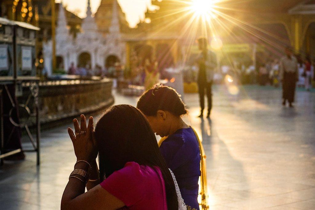 Des gens prient dans un temple à Yangon, au Myanmar.