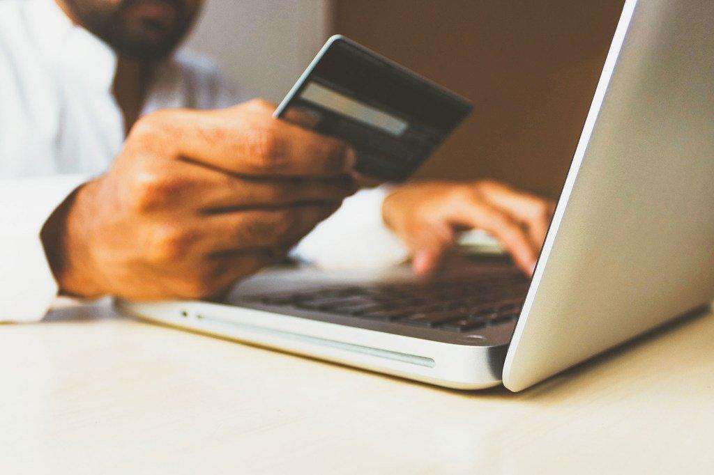 在新冠大流行期间,在线零售或电子商务销售显着增加。