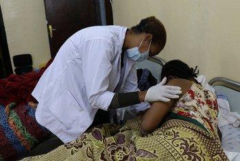 Una partera examina a una madre y a su recién nacido en de Addis Abeba, Etiopía