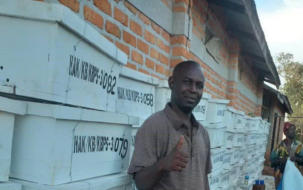Hijja Katobagula, mfugaji wa nyuki kutoka Kigoma ambaye amenufaika na mafunzo yaliyotolewa na FAO kupitia KJP kuhusu mbinu bora za ufugaji nyuki.