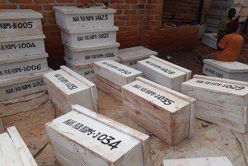 Mizinga ya nyuki ya kisasa, ijulikanayo kama Tanzania Top Bar Hives ikiwa imetengenezwa na mfugaji aliyepatiwa mafunzo na FAO kupitia KJP.