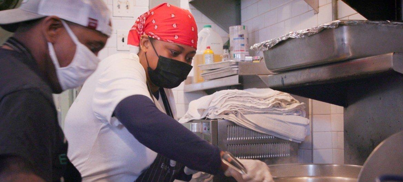 """杜兰迪斯在""""艾玛的火炬""""餐厅烹饪"""