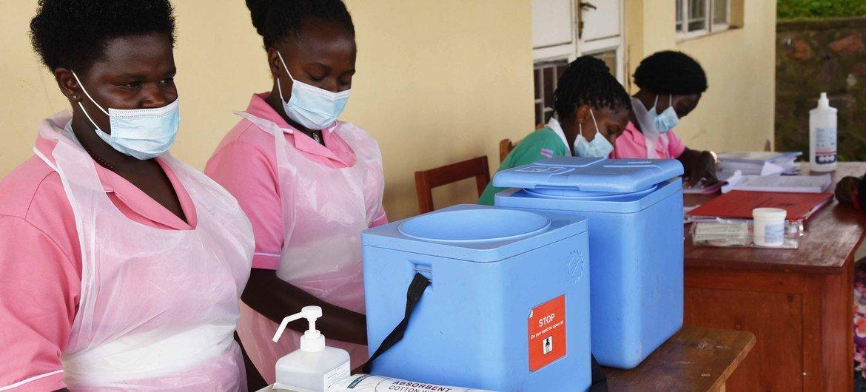 Trabajadoras sanitarias preparándose  para administrar las vacunas COVID-19 en la isla de Bwama, en el lago Bunyonyi ,Uganda
