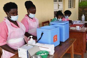 Медперсонал в Уганде готовится к вакцинации пациентов от коронавируса.