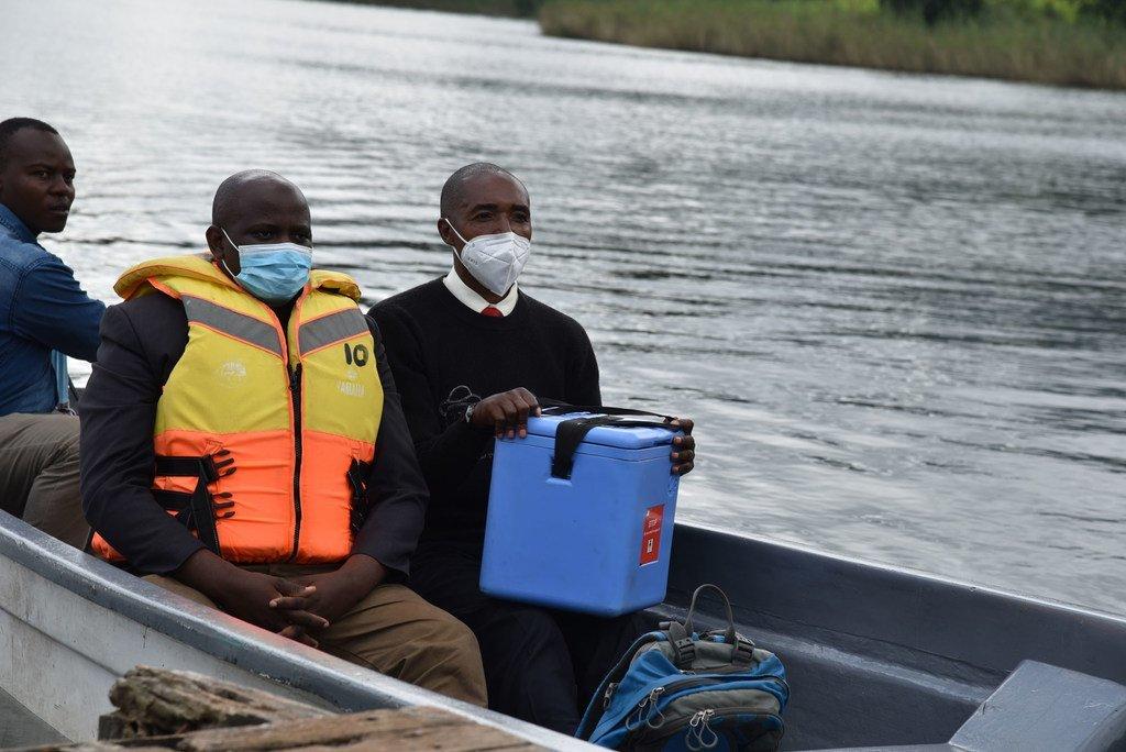 Des vaccins anti-Covid-19 sont livrés par bateau à l'île Bwama, une zone difficile d'accès dans l'ouest de l'Ouganda.