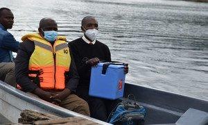 卫生工作者通过船运,向乌干达西部难以到达的博瓦马岛(Bwama)运送新冠疫苗。