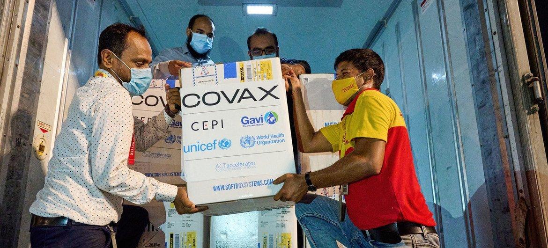 В ООН призывают страны делиться вакцинами. На фото – доставка вакцин в Бангладеш в рамках инициативы COVAX