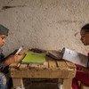 Niños guatemaltecos estudian desde su casa siguiendo las guías del Ministerio de Educación durante la pandemia de COVID-19.