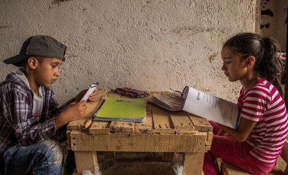 Na Guatemala, crianças estudam em casa, seguindo as orientações recebidas do Ministério da Educação durante a pandemia do Covid-19
