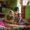 فتاة تبلغ من العمر ثلاث سنوات تدرس في المنزل مع والدتها خلال جائحة كوفيد-19.