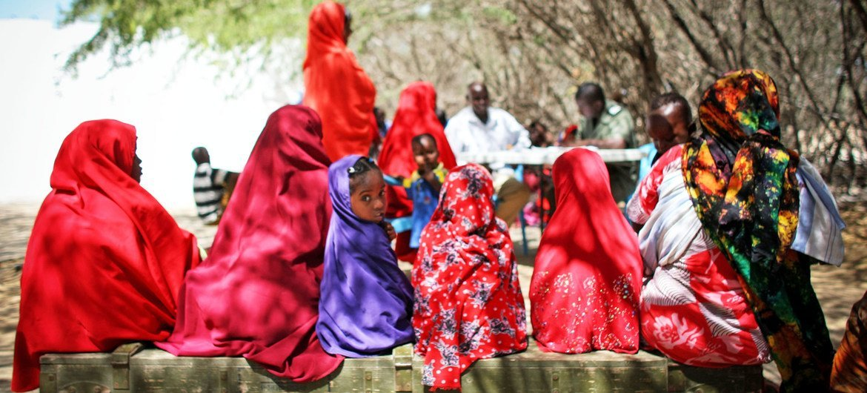 فتيات ونساء صوماليات يقفن بانتظار دورهن أمام عيادة طبية تعالج المدنيين المتأثرين بسبب حركة الشباب الصومالية في مقديشو وخارجها.