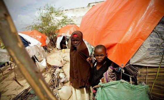 Crianças somalis em assentamento para deslocados internos
