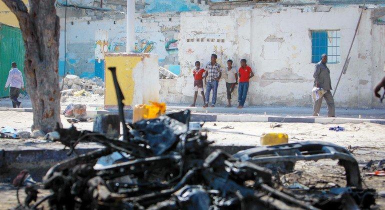 من الأرشيف: بقايا سيارة منفجرة في العاصمة الصومالية مقديشو.