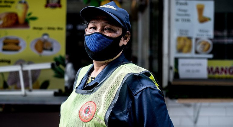 泰国2019冠状病毒病大流行期间,一名公共清洁工戴着口罩工作。