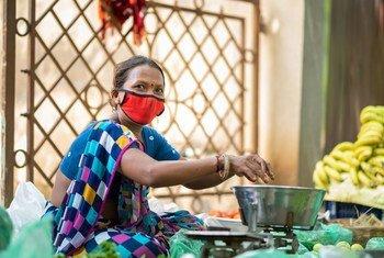 भारत के गुजरात प्रदेश में अपना कामकाज करते हुए चेहरे पर मास्क पहने हुए. विश्व स्वास्थ्य संगठन का कहना है कि ऐहतियाती उपाय ही इस समय महामारी से बचने के लिये सबसे कारगर हैं.