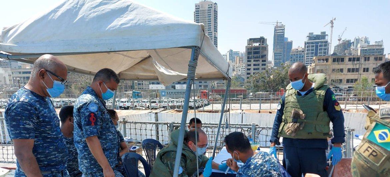 Médico boina-azul brasileiro atendendo tripulantes da Corveta em 5 de agosto de 2020