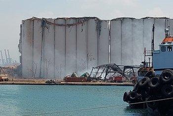 Silos destruídos no porto de Beirute visto pela popa da Corveta Bijoy