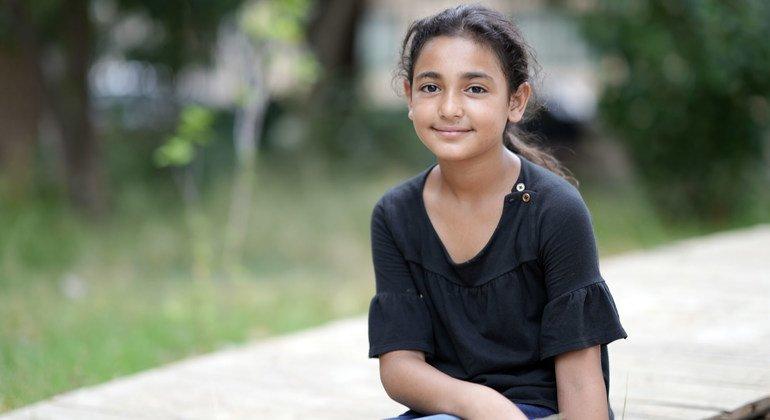 طالبة المدرسة ميرا (12 عاما) تساعد منذ وقوع الانفجار في إزالة الأنقاض في مدرستها.