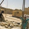 Médicos visitam uma clínica na Líbia, destruída por ataques em abril de 2021