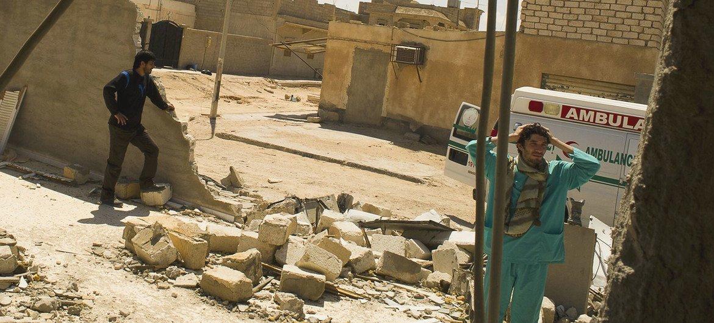Medicos durante una visita a una clínica en la localidad libia de Adjdabiya, que fue destruida en abril de 2021.