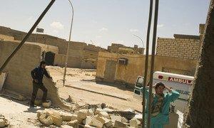 أطباء يزورون عيادة في أجدابيا، ليبيا، دمرت خلال هجمات نيسان/أبريل 2021.