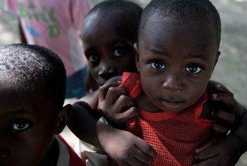 حياة الآلاف من الأطفال والأسر المتضررة من الزلزال معرضة الآن للخطر، نسبة لتعذر الحصول على المياه الصالحة للشرب والصرف الصحي والنظافة.