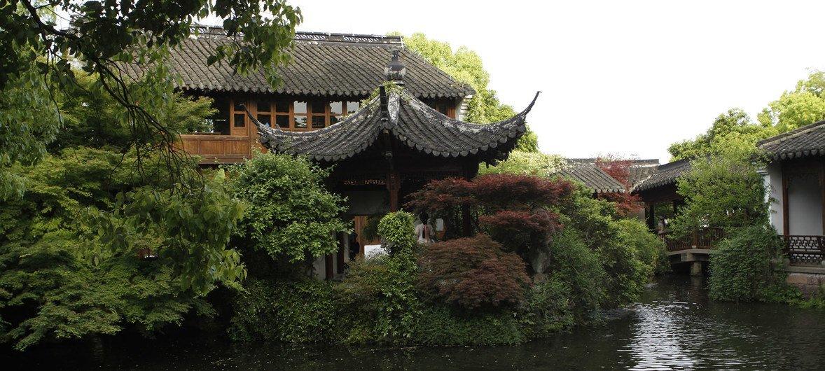 图为中国杭州。2016年9月3日,中美两国在杭州G20峰会前夕正式联合批准《巴黎气候变化协定》,并在杭州西湖国宾馆举行仪式,向联合国交存《巴黎协定》批准文书。