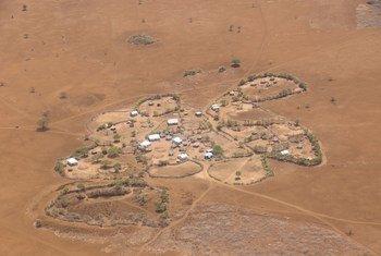 في المناطق المنكوبة بالجفاف في الصومال، تضطر العائلات للتخلي عن منازلها والاتجاه صوب  المدن أو المناطق التي  تتوفر فيها المساعدات. (28 مارس 2017)