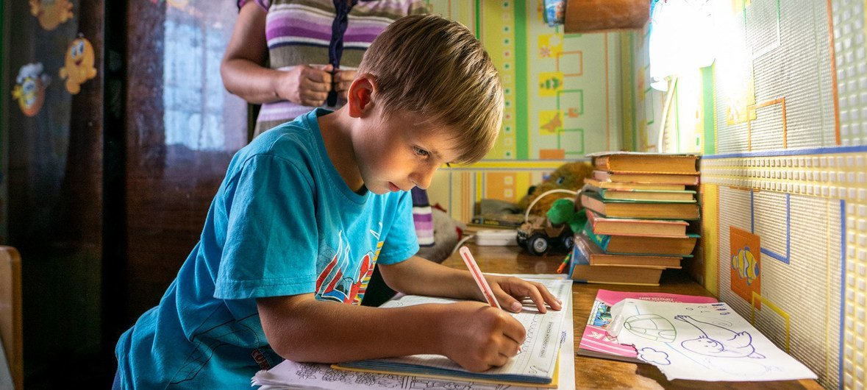 Menino estuda na sua secretária. Ler é fundamental para aprender outras disciplinas