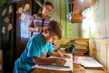Несмотря  на все опасности, первоклассник Дима из города Попасная пошел в школу с удовольствием. Готовясь к школе, он усердно упражнялся в чистописании и читал.