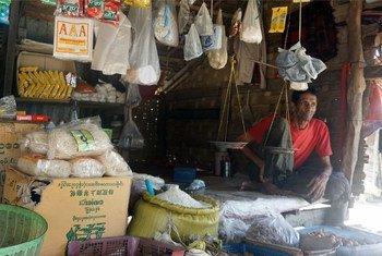 राखीन प्रांत की सित्वे बस्ती में विस्थापितों के लिए बनाए गए थेट काए पयीन शिविर में एक विस्थापित व्यक्ति अपनी दुकान पर. (फाइल)