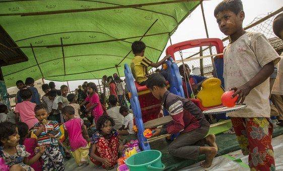राखीन प्रांत की राजधानी सित्तवे में आंतरिक रूप से विस्थापितों के लिए बनाए गए शिविर में खेलते बच्चे. (2019)