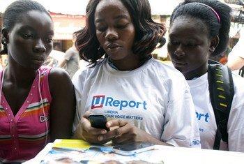 Wasichana nchini Liberia wakifuatilia taarifa katika simu ya mkononi