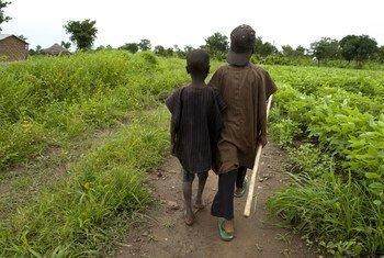 Des enfants marchant dans un champ au Nigéria. est confronté à des conflits et une violence qui doivent être traités de toute urgence, estime l'experte indépendante de l'ONU, Agnès Callamard