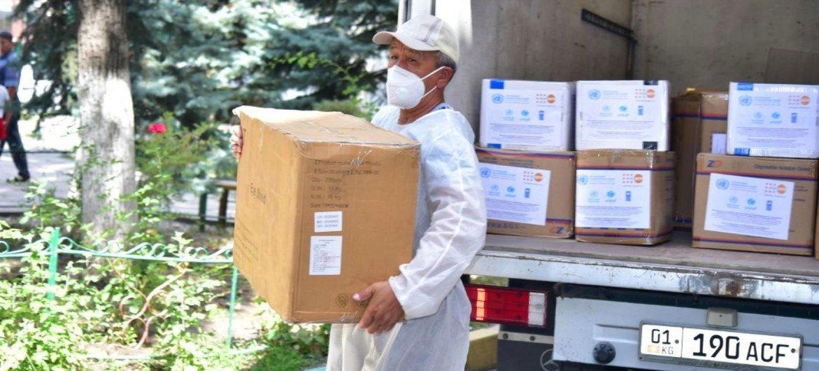 ООН доставила в инфекционные больницы Бишкека и других пострадавших от COVID-19 районов необходимые материалы и средства защиты.