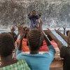 Un réfugié soudanais enseigne à des élèves du primaire dans un camp de réfugiés en Ethiopie.