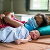 Una mujer junto a su bebé que nació durante la pandemia de COVID-19 en Gujarat, India.