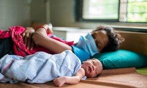 Une mère sur un lit d'hôpital avec son bébé né pendant la pandémie de Covid-19 dans le Gujarat, en Inde.