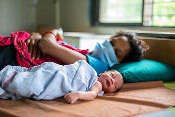 Mãe com seu filho em Gujarat, na Índia, durante pandemia de Covid-19