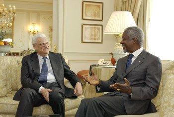 Ex-secretário-geral da ONU, Kofi Annan, encontra Diogo Freitas do Amaral, na altura ministro dos Negócios Estrangeiros de Portugal, em Lisboa, Portugal