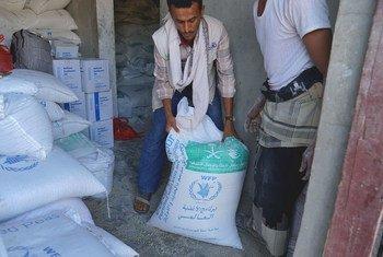 نقطة توزيع الغذاء لبرنامج الغذاء العالمي في قرية ضباب بمحافظة تعز اليمنية. (تشرين الثاني/نوفمبر 2018)