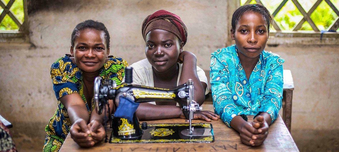 En République démocratique du Congo, les femmes bénéficient de l'appui des Nations Unies pour créer de petites entreprises, par exemple dans le domaine de la couture.