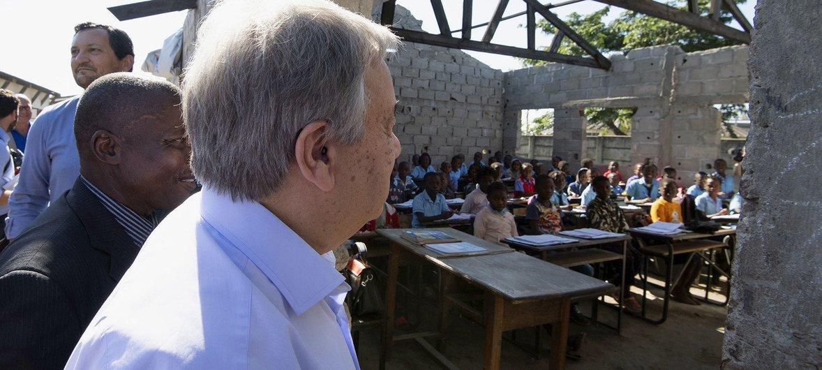 संयुक्त राष्ट्र महासचिव एंतोनियो गुटेरेश ने मोज़ाम्बीक़ के बेइरा इलाक़े का दौरा किया जहाँ इडाई तूफ़ान से भारी तबाही हुई और एक स्कूल भी प्रभावित हुआ था. (25 जून 2019)