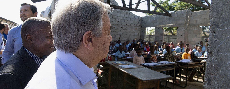 Katibu Mkuu wa UN António Guterres alipotembea shule iliyoathiriwa na kimbunga Idai kwenye kitongoji cha Munhava, mjini Beira nchini Msumbiji. (25 Juni 2019)